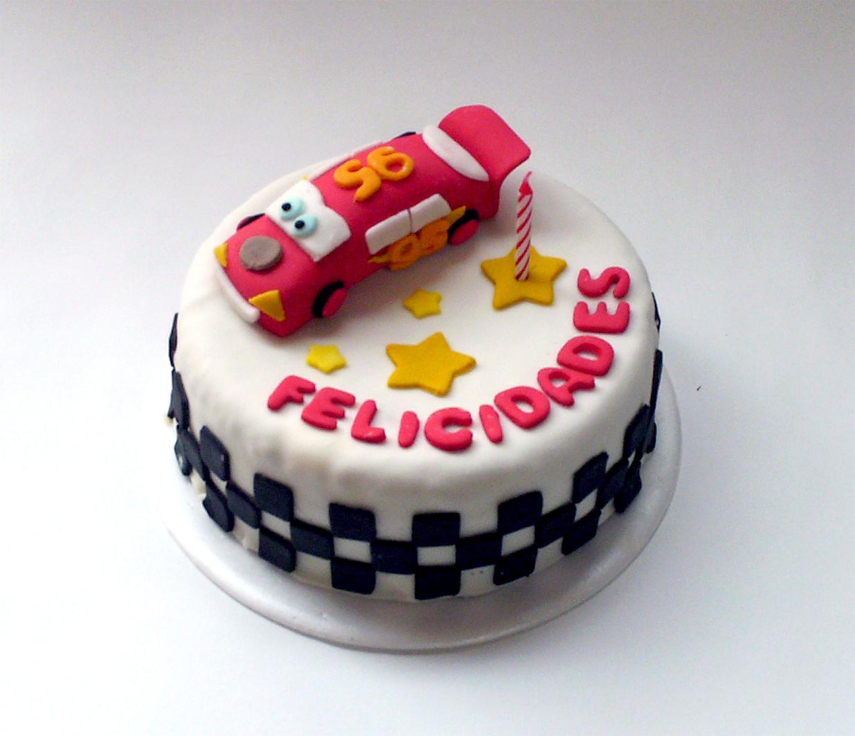 Torta de vainilla decorada en pastillaje con Rayo Mc Queen, tema Cars.