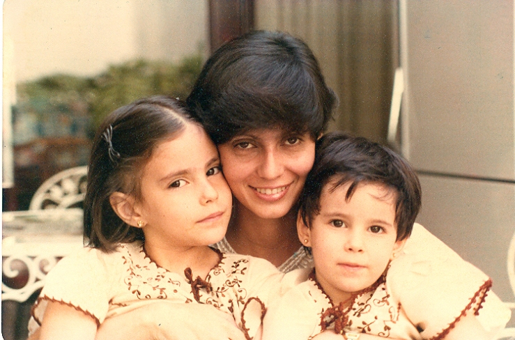 Con mi hermana, Olguita (izquierda), y nuestra madre, Tere.