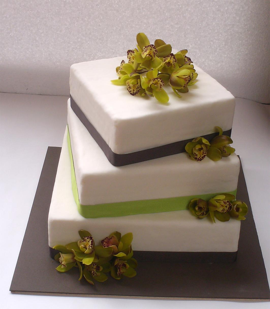 Torta cuadrada de tres pisos, organizada asimétricamente, decorada en