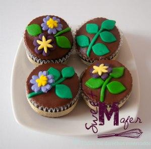 flores-en-marron,-morado,-verde-y-amarillo