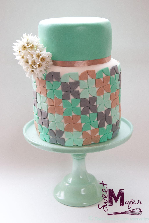 Torta de boda moderna en beige, verde menta y gris