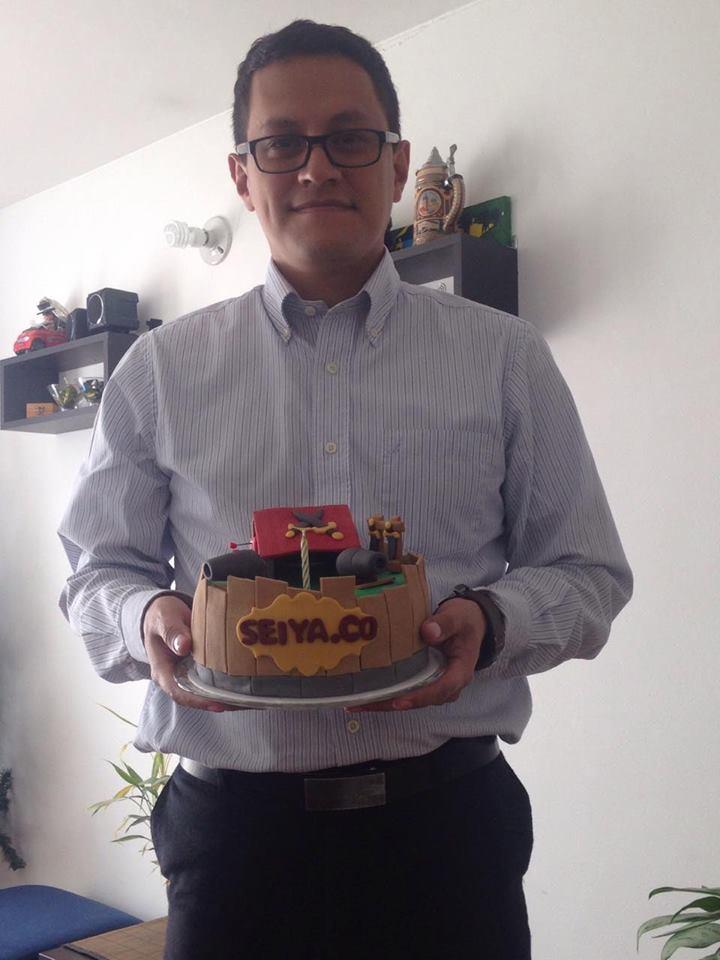 El esposo de María Claudia y su torta.