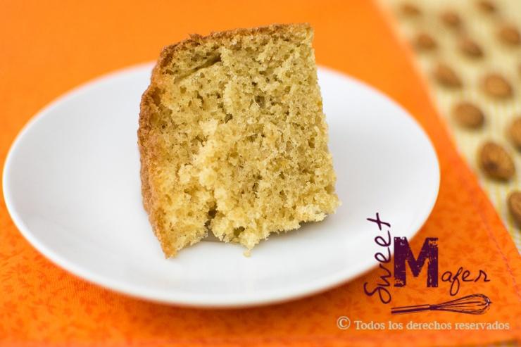Una rebanada de torta de naranja y almendra de Sweet Mafer