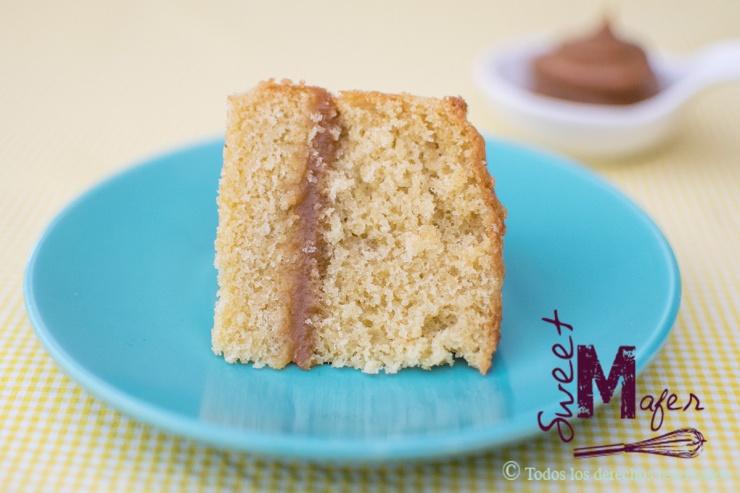 Rebanada de torta de vainilla y arequipe de Sweet Mafer