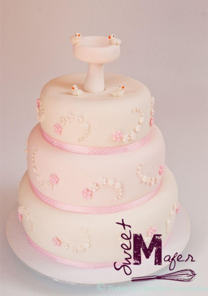 Torta de bautizo para niña con flores, perlas, pila de bautismo y palomitas